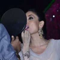 Kareena Kapoor fixes her make up on Jhalak Dikhla Jaa