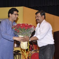 Raj Thackeray felicitating Sanjay Narvekar with a Bouquet of flowers