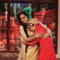 Sumona Chakravarti hugs Rekha on Comedy Nights with Kapil