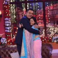 Sumona Chakravarti gives Boman Irani a hug on Comedy Nights with Kapil