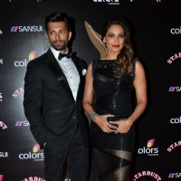 Bipasha Basu and Karan Singh Grover pose at Sansui Stardust Awards Red Carpet