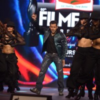 Salman Khan performs at Filmfare Awards