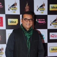 Abhijeet Bhattacharya poses for the media at Radio Mirchi Awards