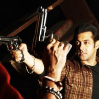 Salman Khan showing rifle | Wanted Photo Gallery