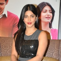 Shruti Haasan at Srimanthudu Press Meet