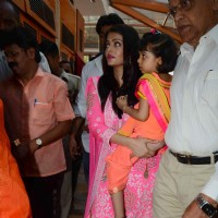 Beautiful Eyed Aishwarya Rai Bachchan Visits Siddhivinayak With Aaradhya