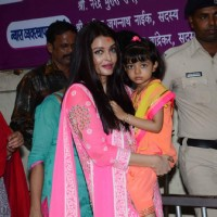 The Gorgeous Aishwarya Rai Bachchan Visits Siddhivinayak for Blessings