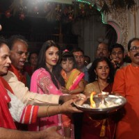 Aishwarya Rai Bachchan Does Pooja at Siddhivinayak With Aaradhya