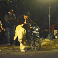 Kareena Kapoor Tries to Kick Start the Motorcycle on Location of Udta Punjab