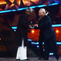 Sanjay Leela Bhansali receiving his award from Ramesh Sippy at Filmfare Awards 2016