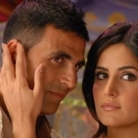 Akshay Kumar and Katrina Kaif looking someone