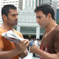 Sunil Shetty showing news to Akshay Kumar | De Dana Dan Photo Gallery