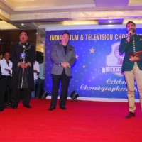 Rishi Kapoor presents an award to Sandip Soparrkar for inspiring the youth