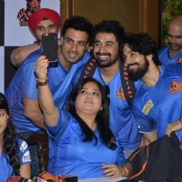 Bharti Singh Takes Selfie at Press Meet of 'Chandigarh Cubs' Team BCL