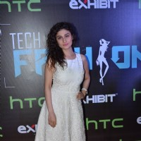 Ragini Khanna poses for the media at HTC Fashion Show 2016