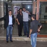 Shah Rukh Khan Meets Sanjay Dutt at his Residence!