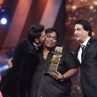 Ganesh Acharya receives Best Choreography Award from Shaimak Davar for Malhari (Bajirao Mastani)