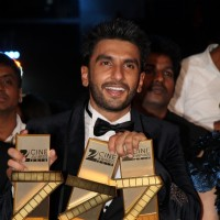 Ranveer Singh wins Best Actor for 'Bajirao' & takes Best Actress Award for Piku on behalf of Deepika