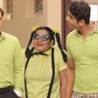 Paune Teen Chachi pays the Ghotala's a friendly visit on Badi Door Se Aaye Hain