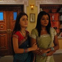 Ragini and Sadhna crying