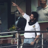 Shah Rukh Khan Snapped at Eden Gardens ib