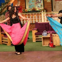 Nargis Fakhri and Sunil Grover dances at Promotion of 'Banjo' on Sets of The Kapil Sharma Show