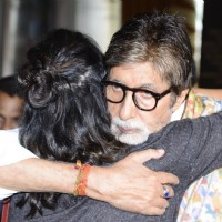 Amitabh Bachchan hugs Kirti Kulhari at Success meet of 'Pink'