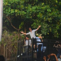 Shah Rukh Khan greets his fans with his presence