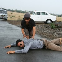 Akshay Kumar lying on the road | Khatta Meetha(2010) Photo Gallery