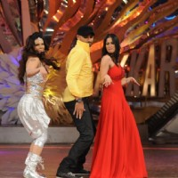 Rakhi and Sangeeta shaking legs with bhajji