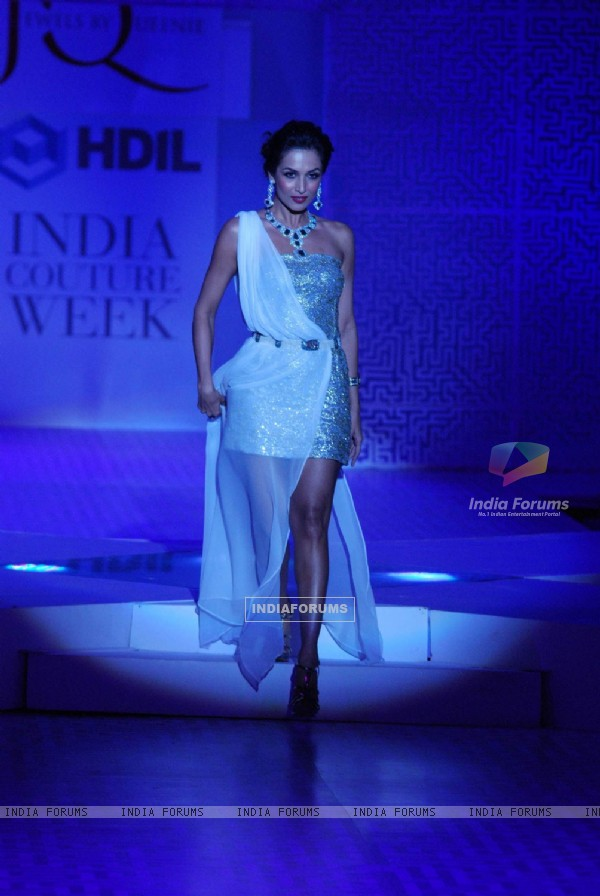 Malaika Arora Khan walks for Queenie Show at HDIL India Couture Week 2010 Day 2