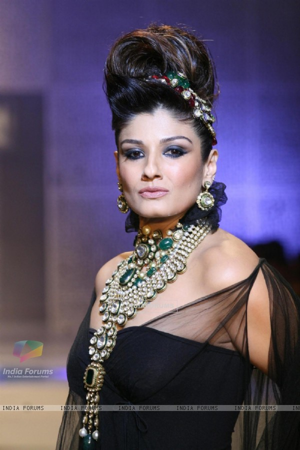 Raveena Tandon walks for Raj Mahtani Jewellery at HDIL India Couture Week 2010