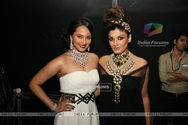 Sonakshi Sinha and Raveena Tandon at HDIL India Couture Week 2010