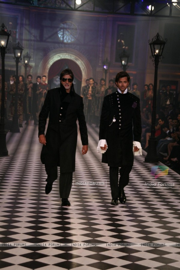 Amitabh Bachchan and Hrithik Roshan at HDIL India Couture Week 2010