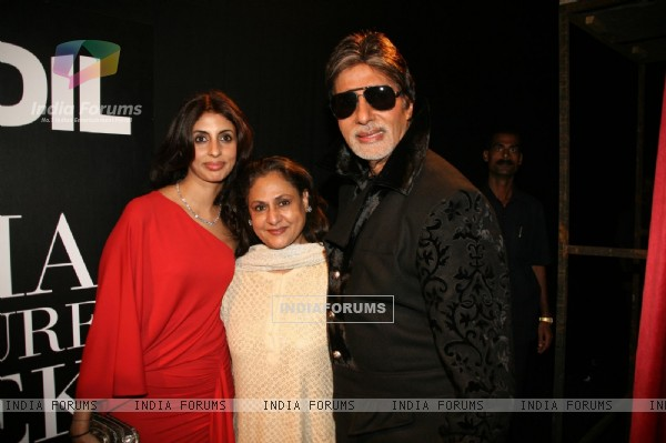 Amitabh Bachchan with wife Jaya and daughter Shweta at HDIL India Couture Week 2010