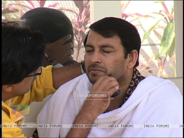 Manoj Tiwari getting ready for a new clean shave look in Bigg Boss 4