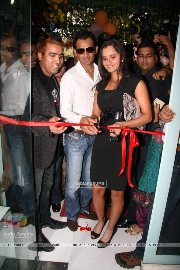 Sania Mirza and Shoaib Malik at Manzoor Khan make-up lounge launch at Malad