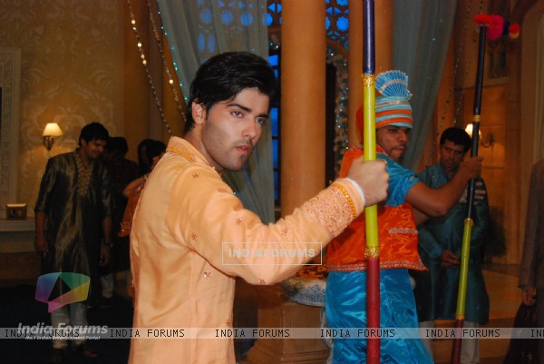 Kinshuk as Viren doing bhangra in Chand Chupa Badal Mein