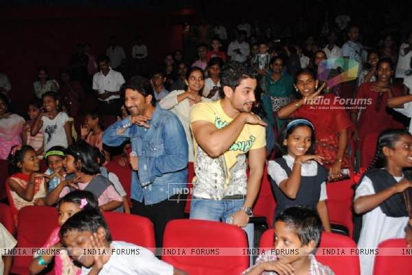 Golmaal 3 cast celebrate success of their film with underprivileged kids on Children�s Day at FAME Cinemas in Andheri, Mumbai (107355)