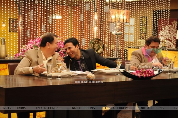 Rishi and Randhir Kapoor with Akshay Kumar on tv show Master Chef India