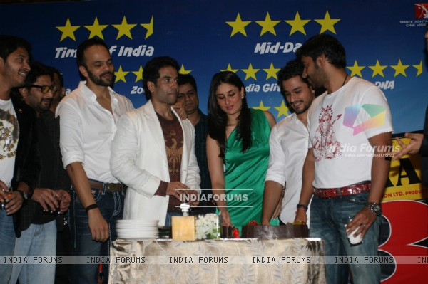 Shreyas Talpade, Arshad Warsi, Rohit Shetty, Tusshar Kapoor, Kareena, Kunal Khemu and Ajay Devgan at Golmaal 3 success bash, Hyatt Regency (108449)