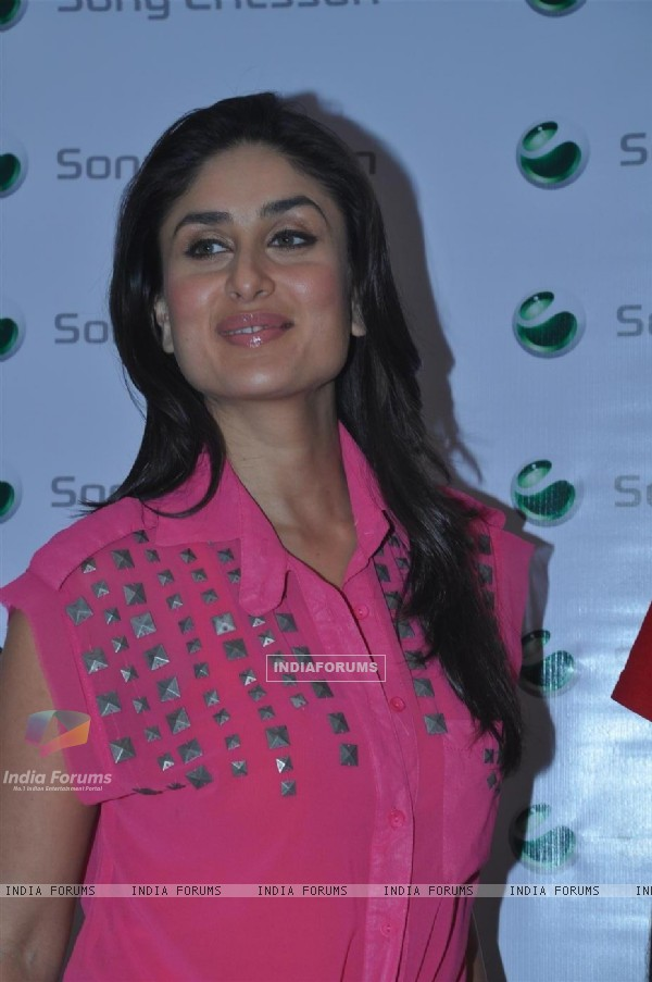 Brand Ambassador Kareena Kapoor at Shopper Stop with Sony Ericsson contest winner
