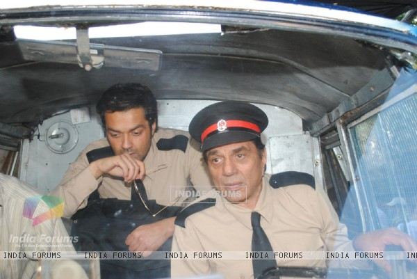 Dharmendra and Bobby Deol on the sets of their film Yamla Pagla Deewana at Filmcity, Mumba