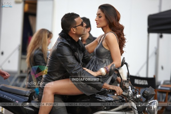 Akshay Kumar and Kareena Kapoor sitting together  in Kambakth Ishq