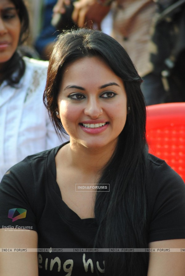 Sonakshi Sinha pay tribute to 26/11 martyrs