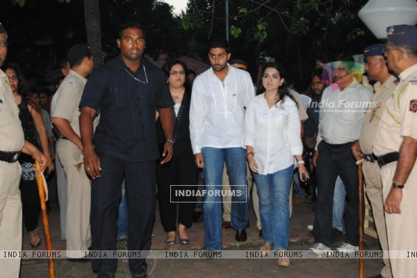 Abhishek Bachchan pay tribute to 26/11 martyrs