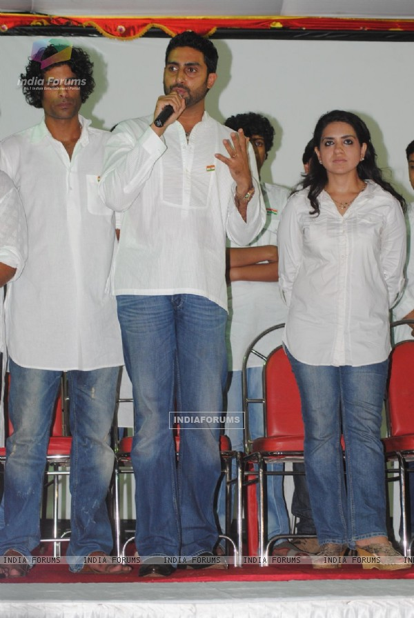 Abhishek Bachchan and Shaina NC pay tribute to 26/11 martyrs