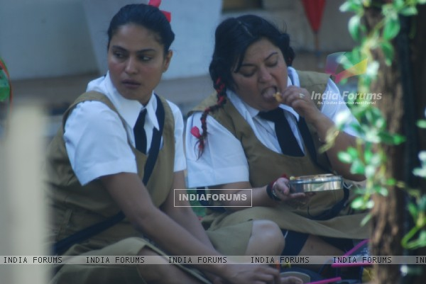 Veena and Dolly sharing their lunch in Bigg Boss 4 house