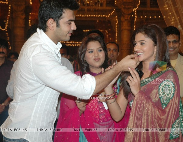 "Karan, Kavita and Suhasi at ""Yahan Main Ghar Ghar Kheli"" celebrates the completion of one year"