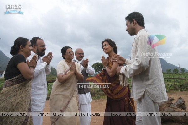 Lara Dutta and Irfan Khan thanking others
